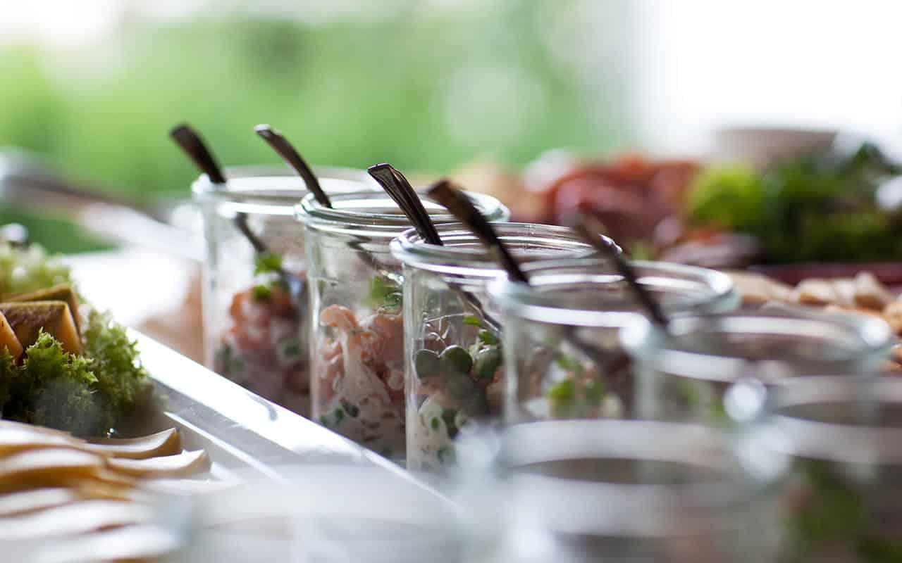 sommerliche-dekoration-liebevoller-cateringservice-bei-ihrem-firmenevent