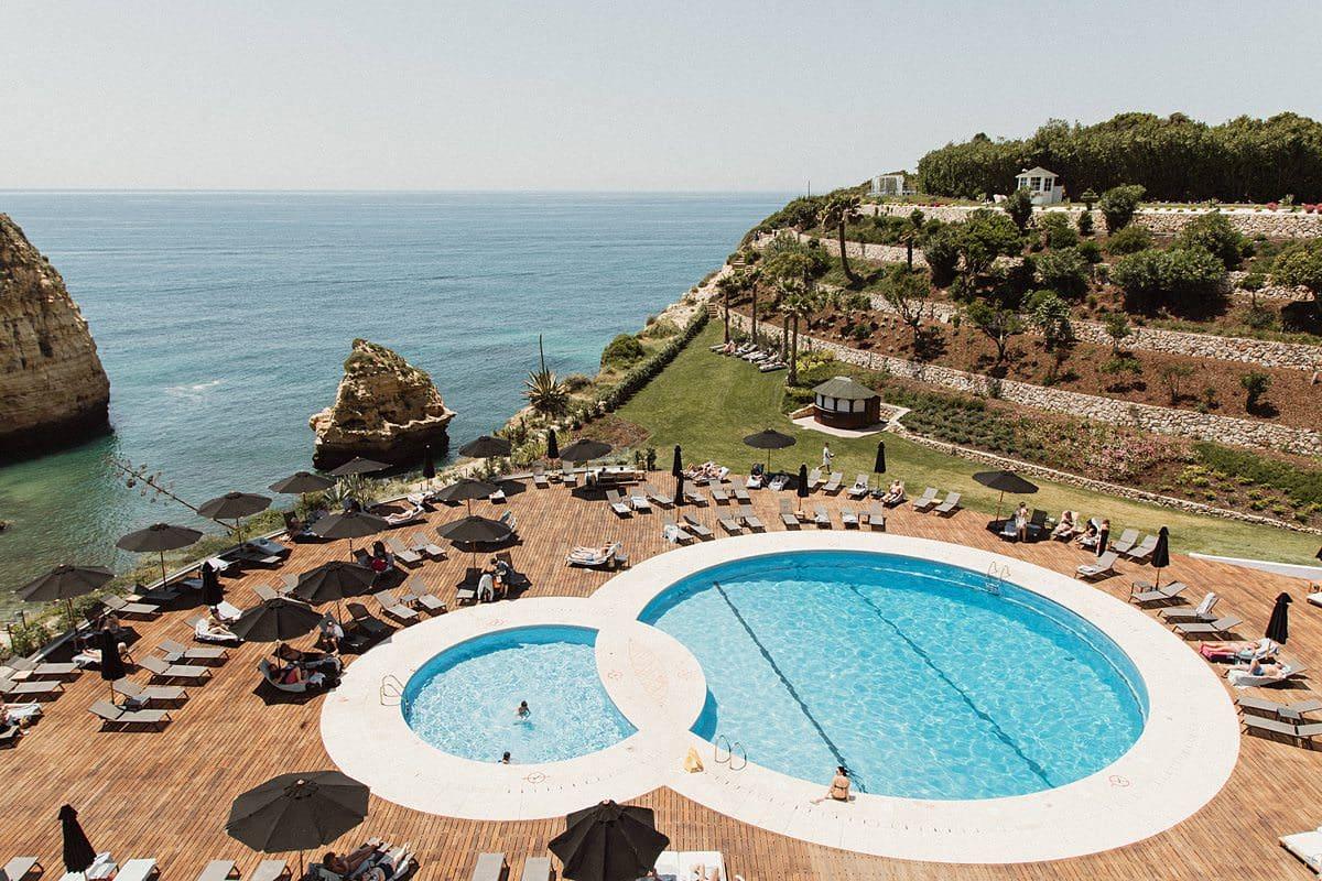Großer Pool mit Aussicht auf Felsen und das Meer, in Portugal.