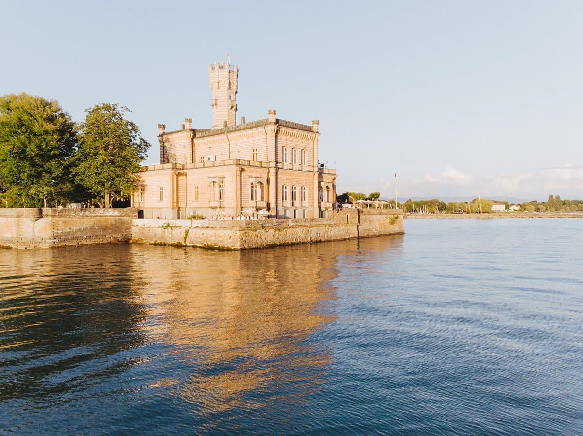 Ein Schloss mit Aussicht auf das Meer, in Langenargen.