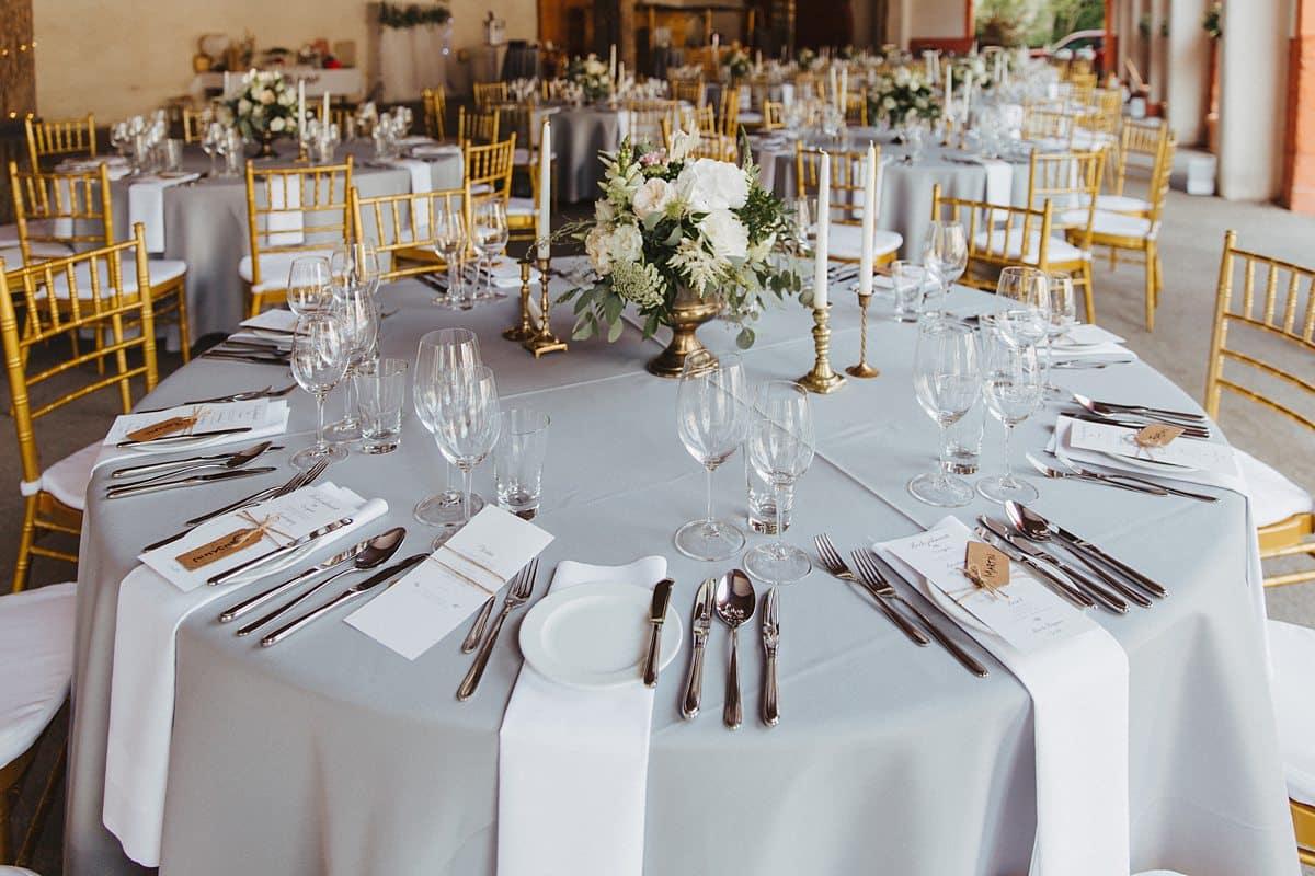 Gedeckter Tisch für die Hochzeit.