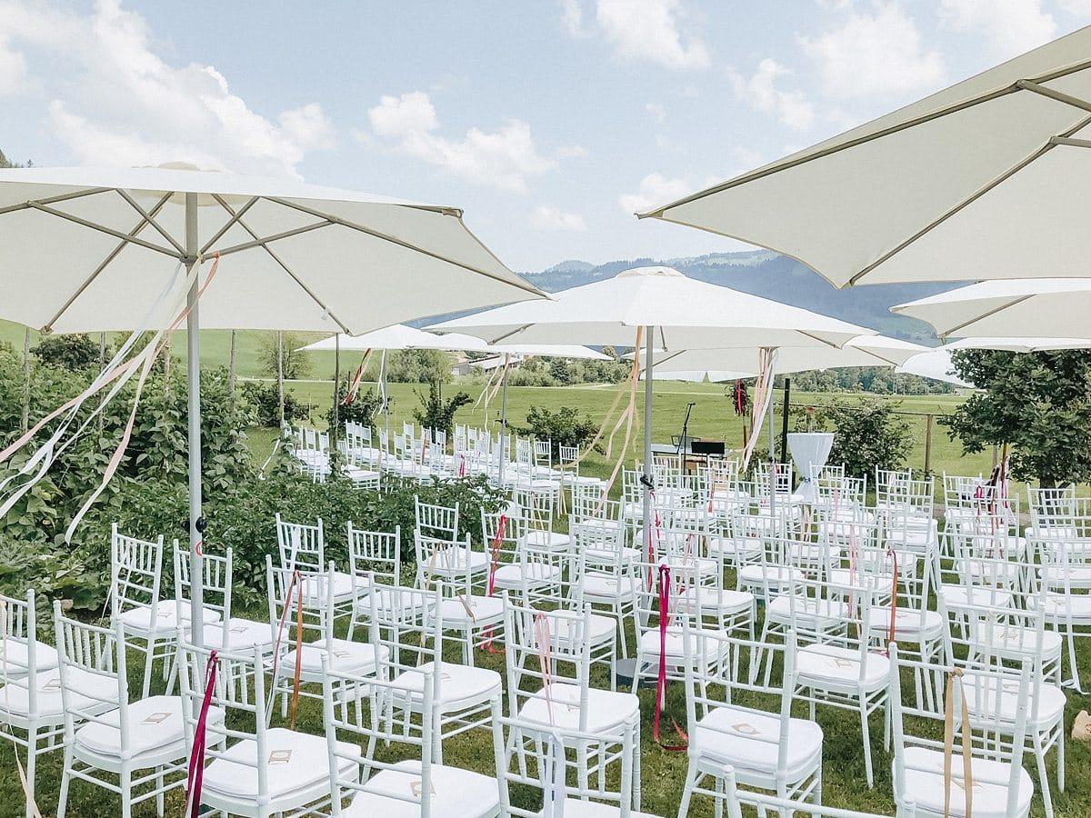 Stühle für die Hochzeitsgäste in der Schweiz.