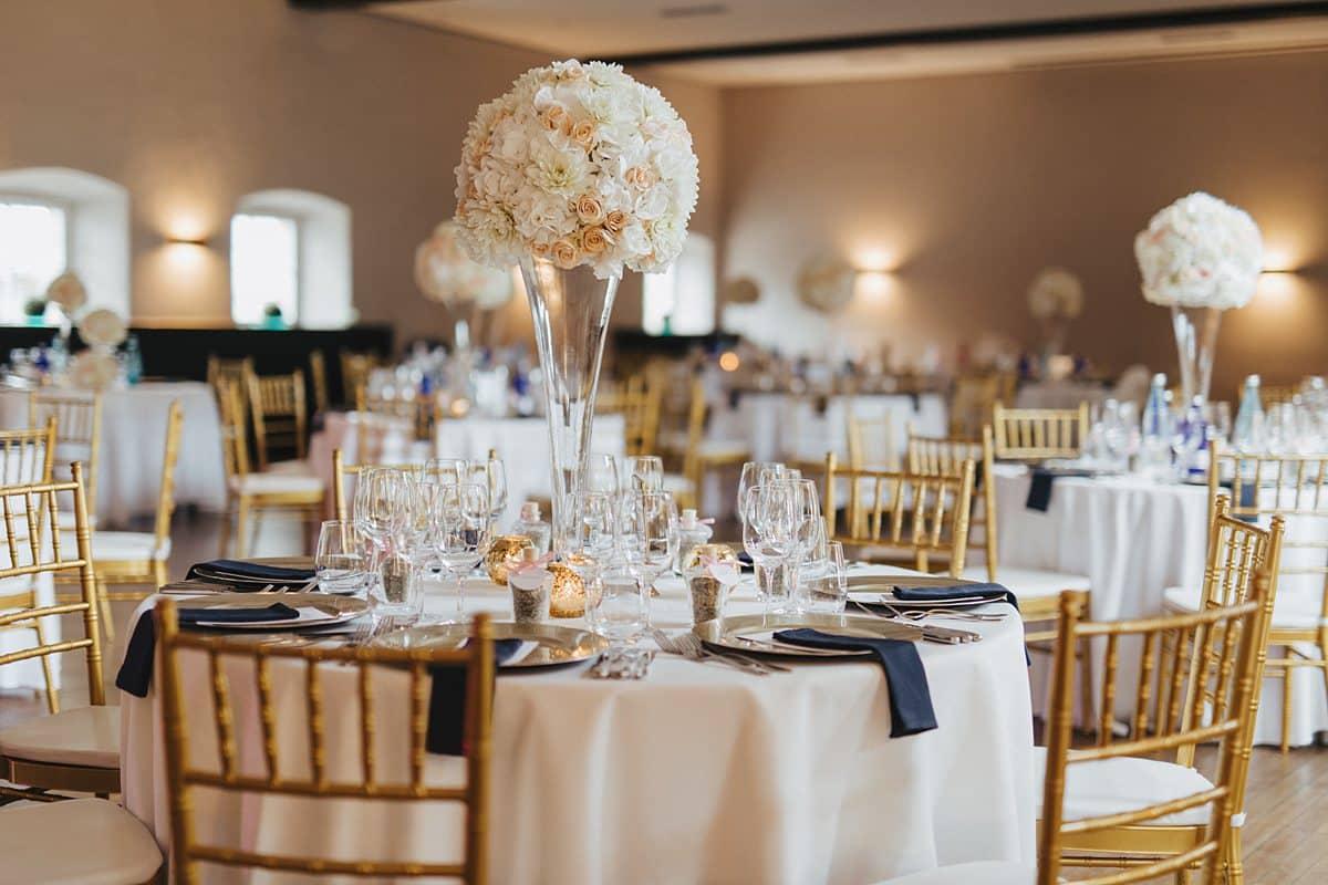 Gedeckter Tisch mit Blumen für die Hochzeit.