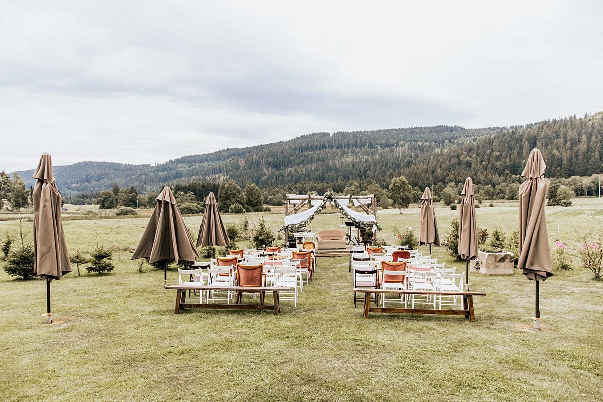 Sitzplätze für die Gäste und das Brautpaar.