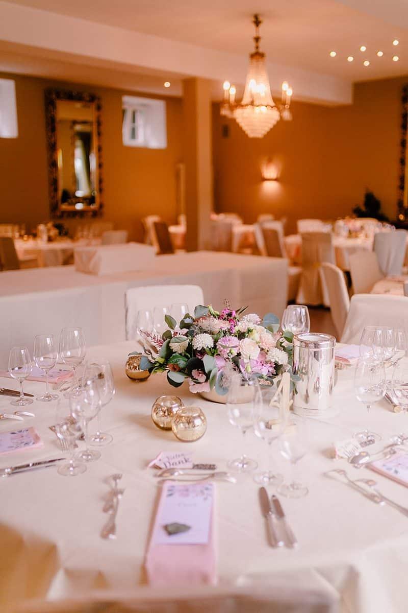 Hochzeitlich gedeckter Tisch für die Hochzeitsgäste.