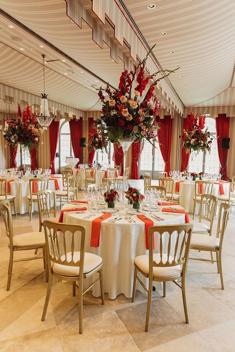 Hochzeitlich geschmückte Tische mit Blumen.