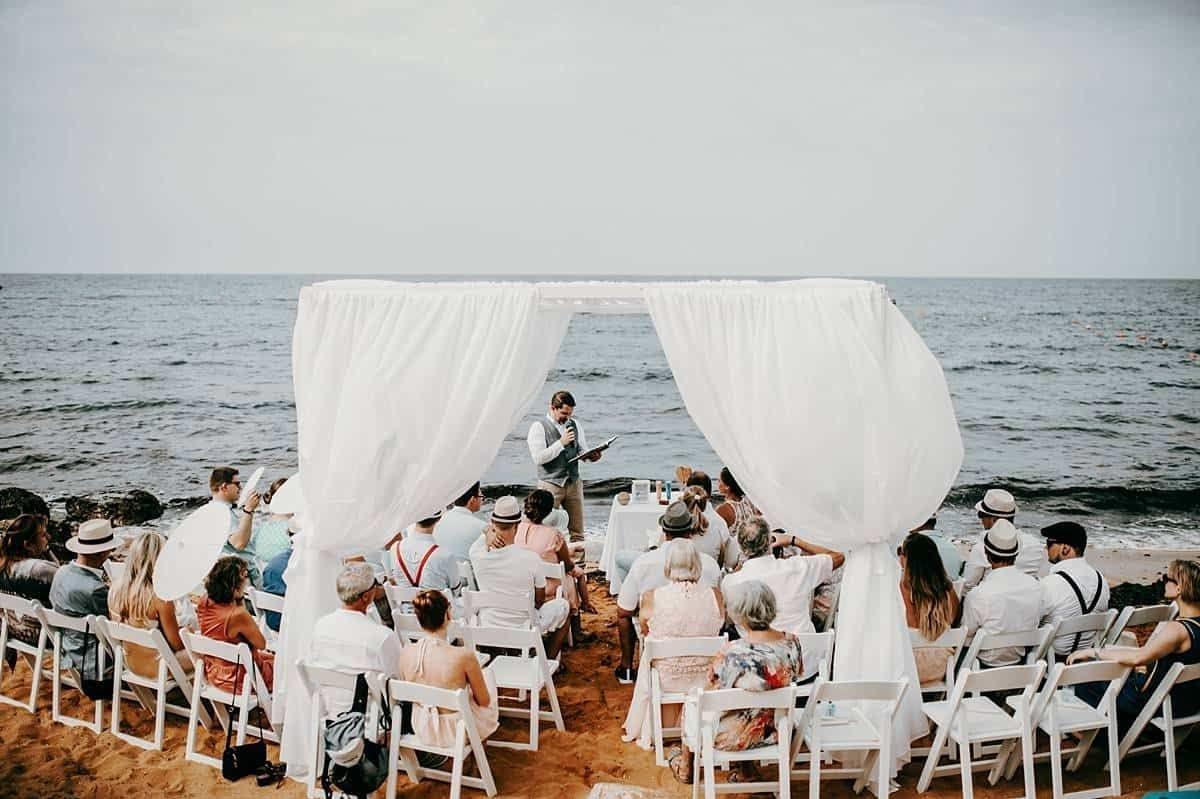 Hochzeit auf dem Strand mit Blick aufs Meer.