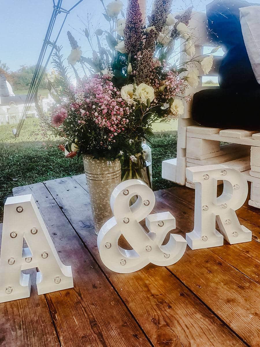 Deckoartikel für die Hochzeit auf Holzplatten.