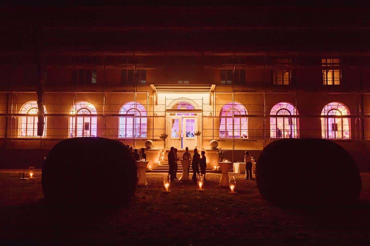 Höchzeitsgäste vor einem Haus in Schönenwerd.