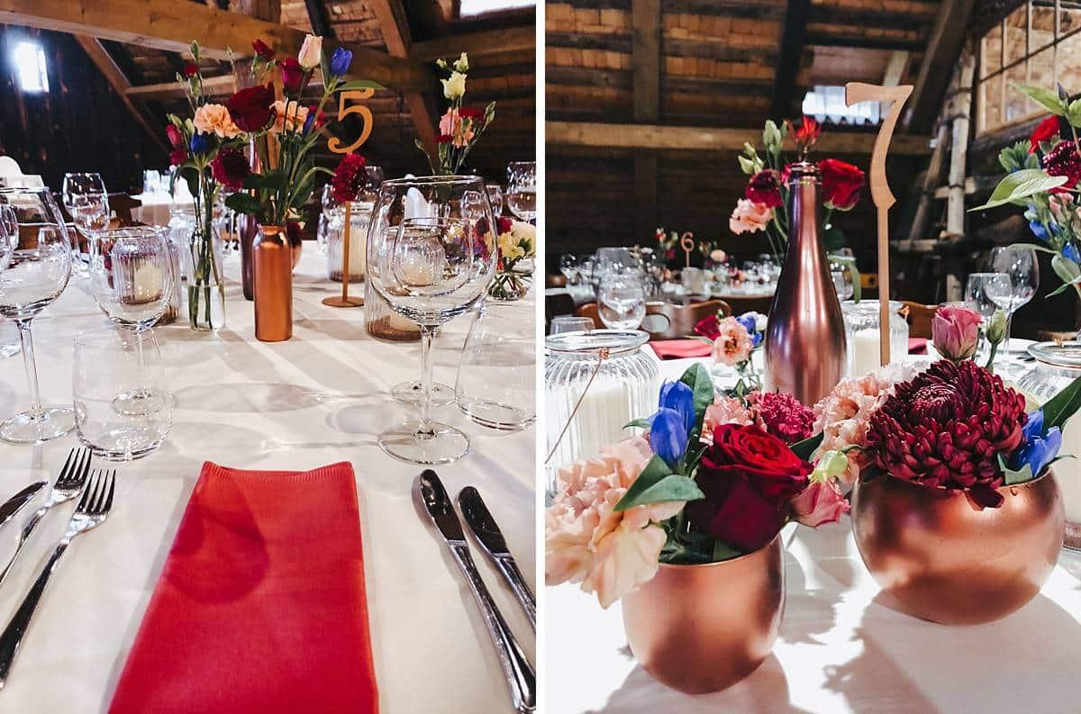 Ein Tisch der für eine Hochzeit gedeckt ist.