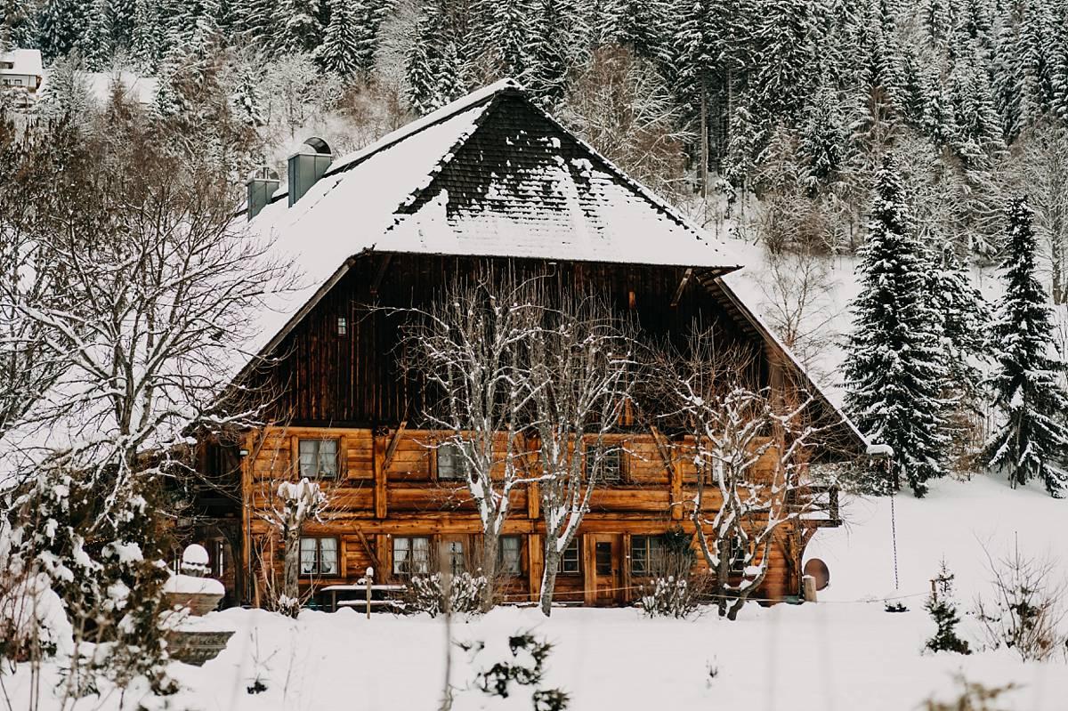 Eine mit Schnee bedeckte Holzhütte.