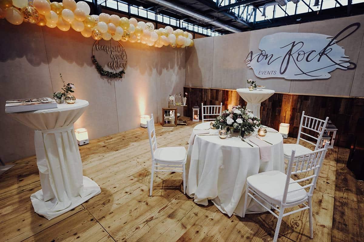 Hochzeitlich geschmückter Raum für eine Messe.
