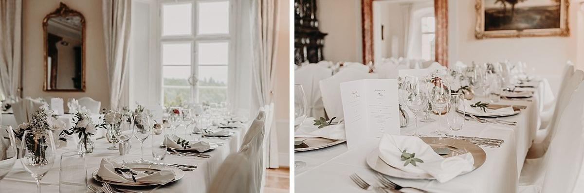 Ein liebevoll gedeckter Tisch mit weißen Servietten.