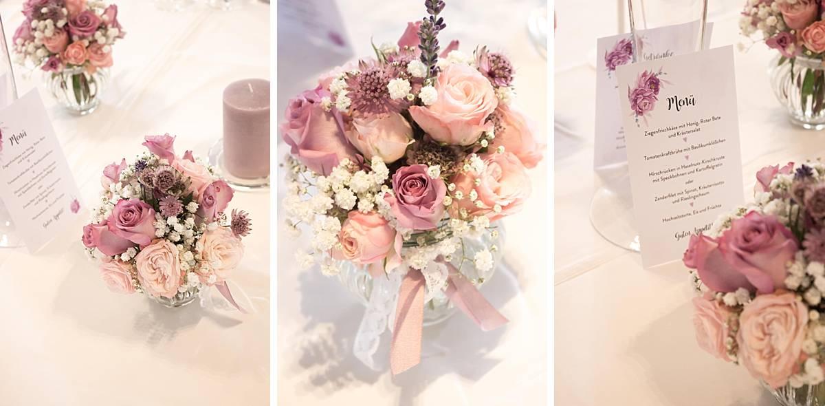 Ein Blumenstrauß in einer Glasvase für die Hochzeit.