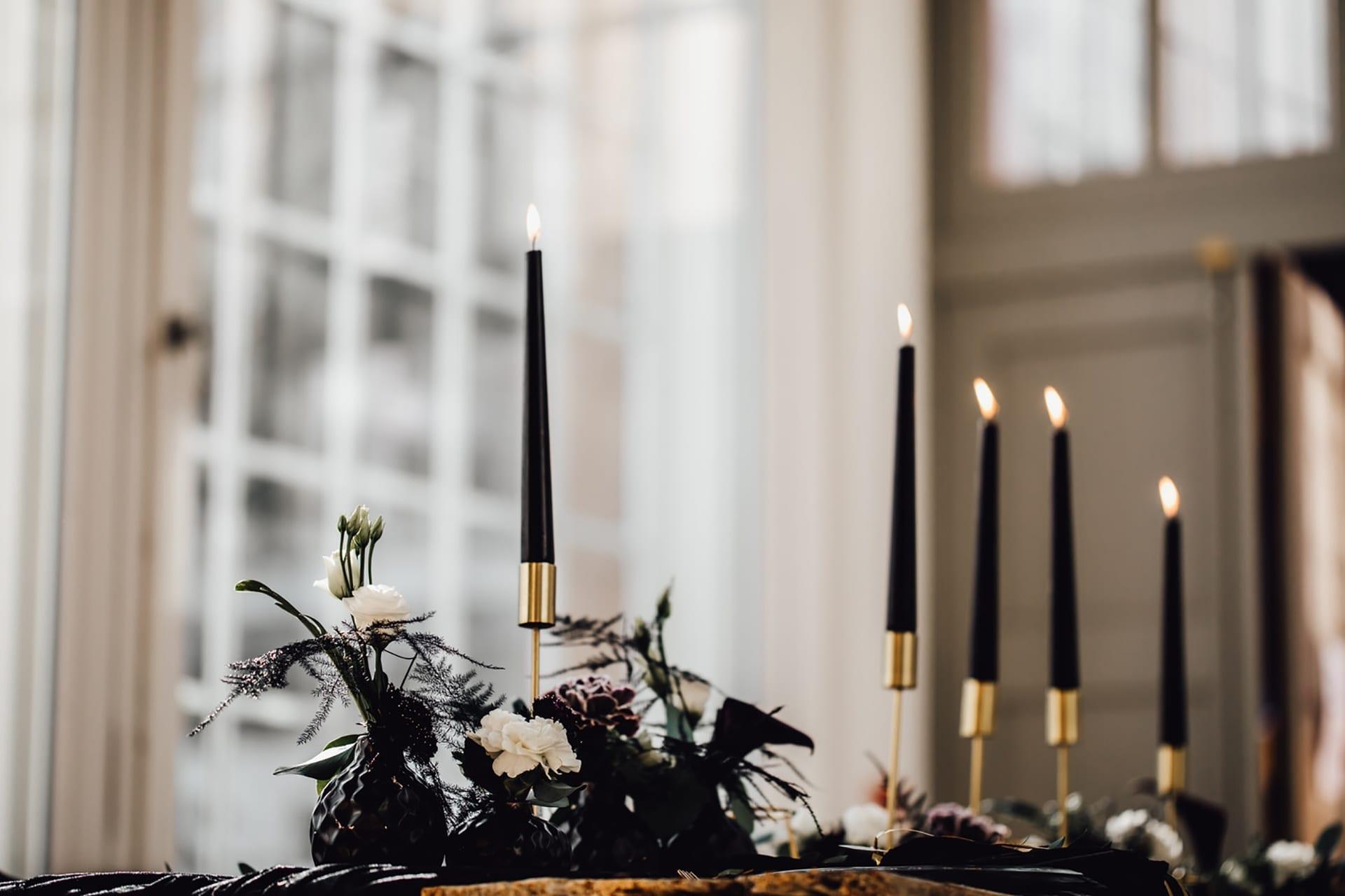Styled Shoot zeigt eine Tischdekoration mit schwarzen Kerzen.