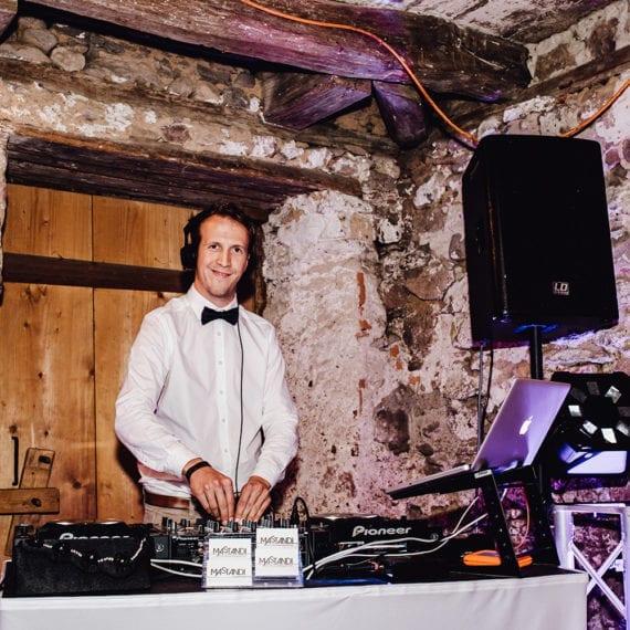 Ein DJ bei seiner Arbeit hinter dem Mischpult.