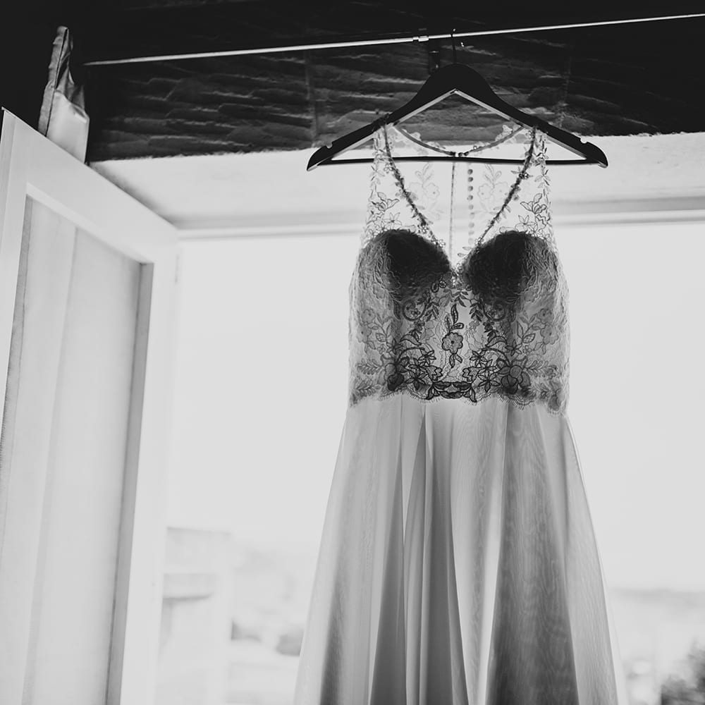 Hochzeitskleid im Schein des Sonnenlichts.