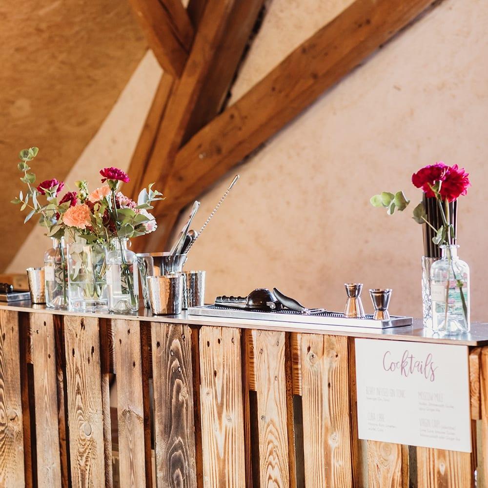 Mit Blumen dekorierte Bar.