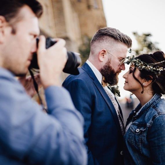 Hochzeitsfotograf Dominic Rock beim Fotografieren seines Brautpaares.