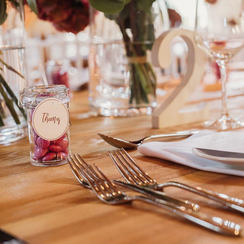 Gedeckter Tisch mit kleinen Dekorationsaccessoires.