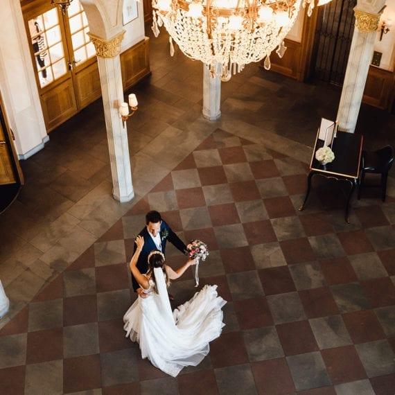 Ein tanzendes Brautpaar in einem klassischem Gebäude.