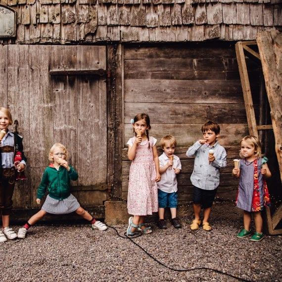 Eine Gruppe von Kindern, welche gerade Eis essen.