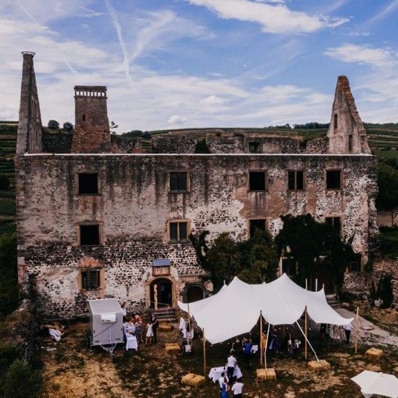 Eine Hochzeitsfeier vor Schloss Burkheim.