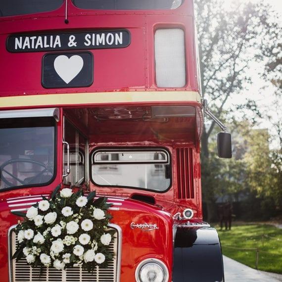 Ein klassischer London-Bus mit der Aufschrift des Brautpaares.