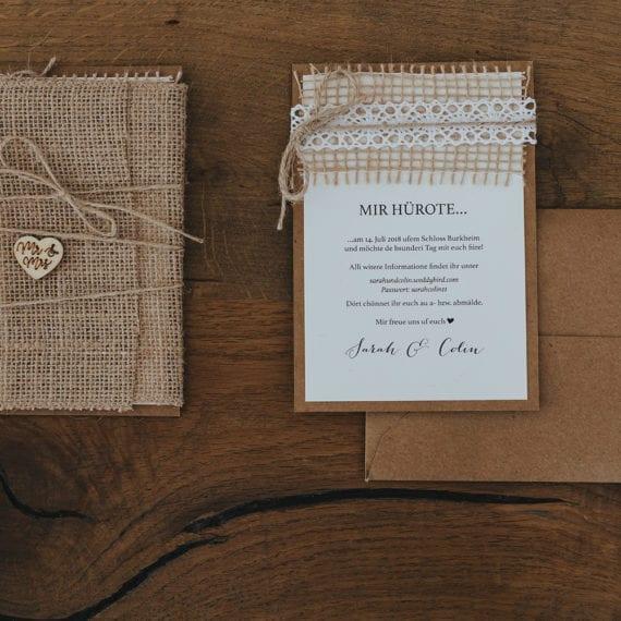 Blick auf eine Hochzeitseinladung.