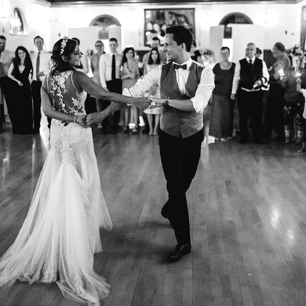 Das Brautpaar beim Hochzeitstanz.