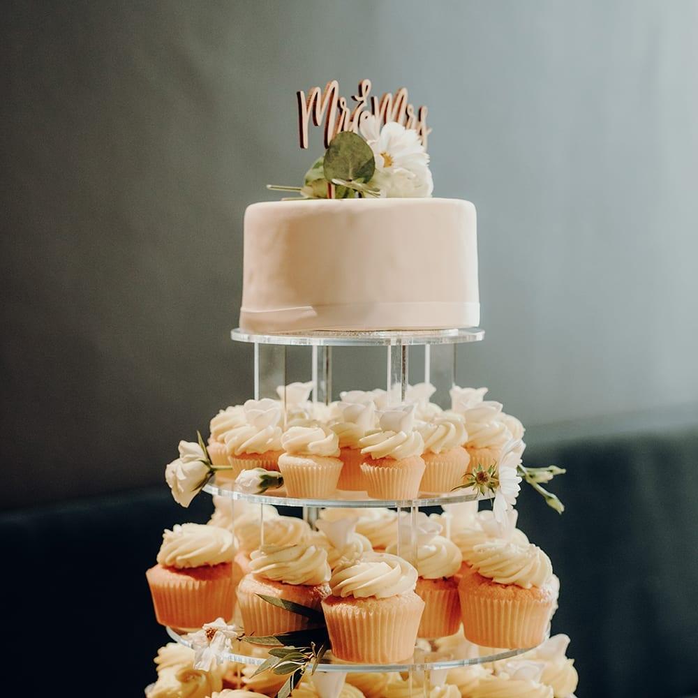 Glas Etagere mit Cupcakes und Kuchen.