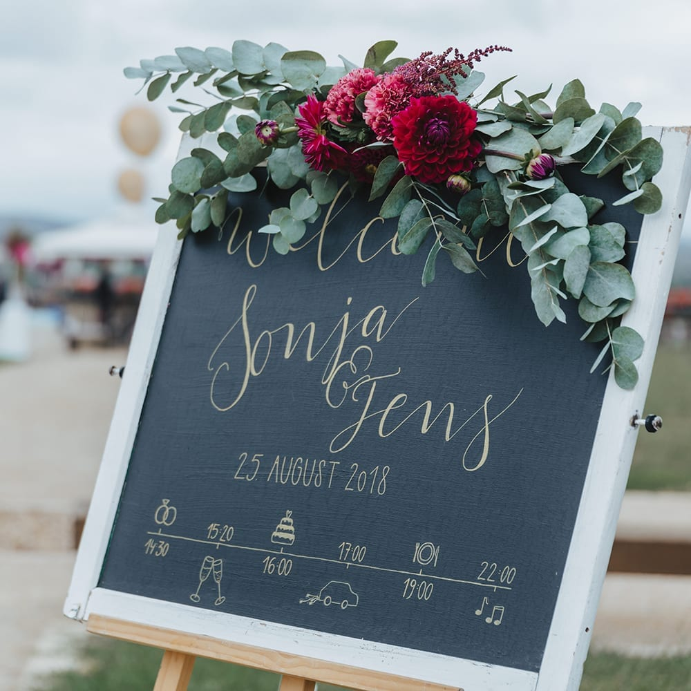 Kreidetafel mit dem Tagesablauf der Hochzeit.