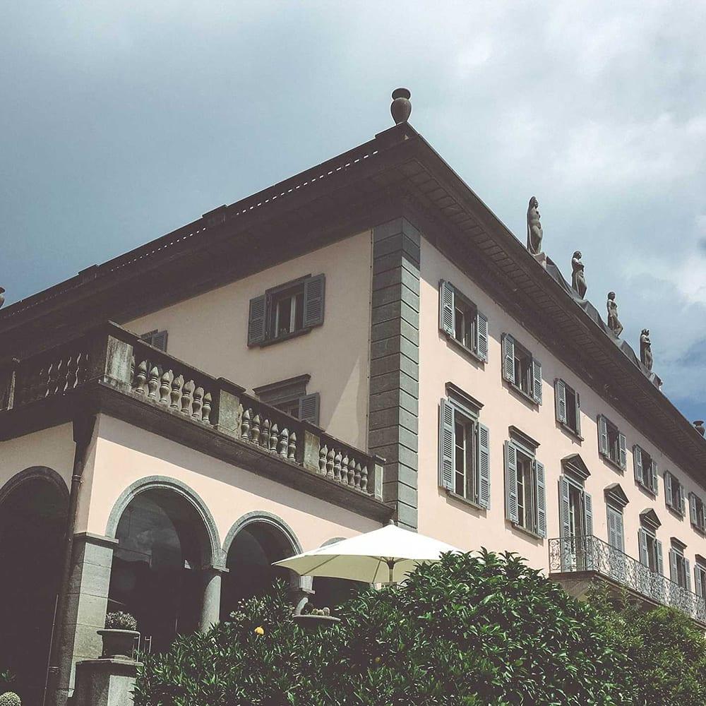 Klassische Villa mit Balkon am Lago Maggiore.