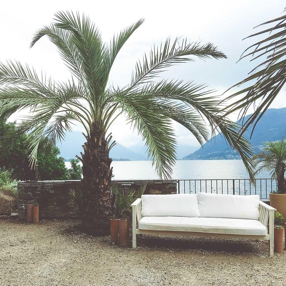 Sofa mit Palmen und Ausblick auf den Lago Maggiore.