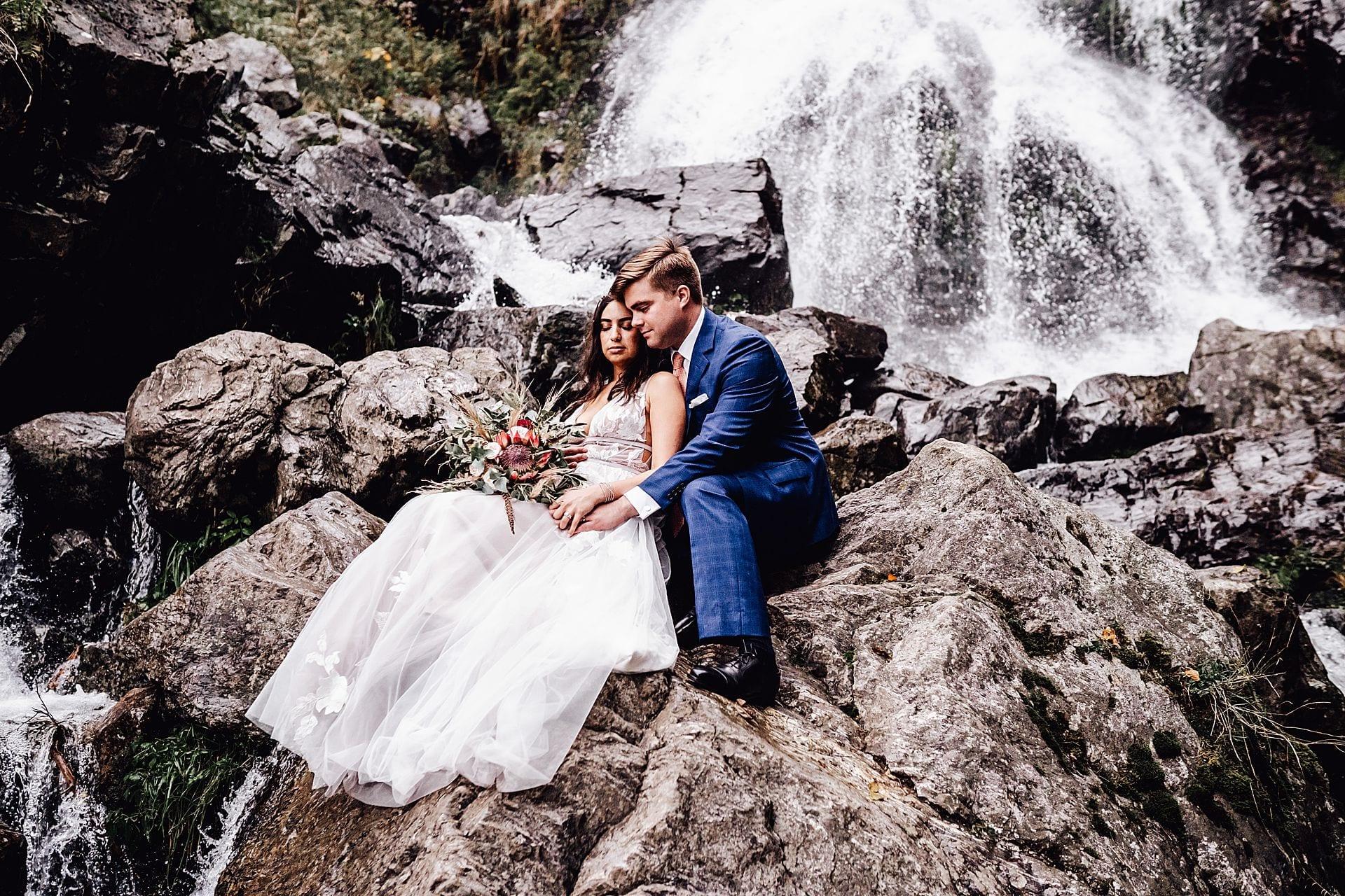 Brautpaar auf den Felsen vor den Todtnauern Wasserfällen.