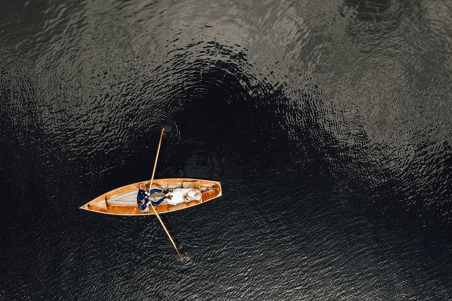 Brautpaar in einem Boot auf dem See.