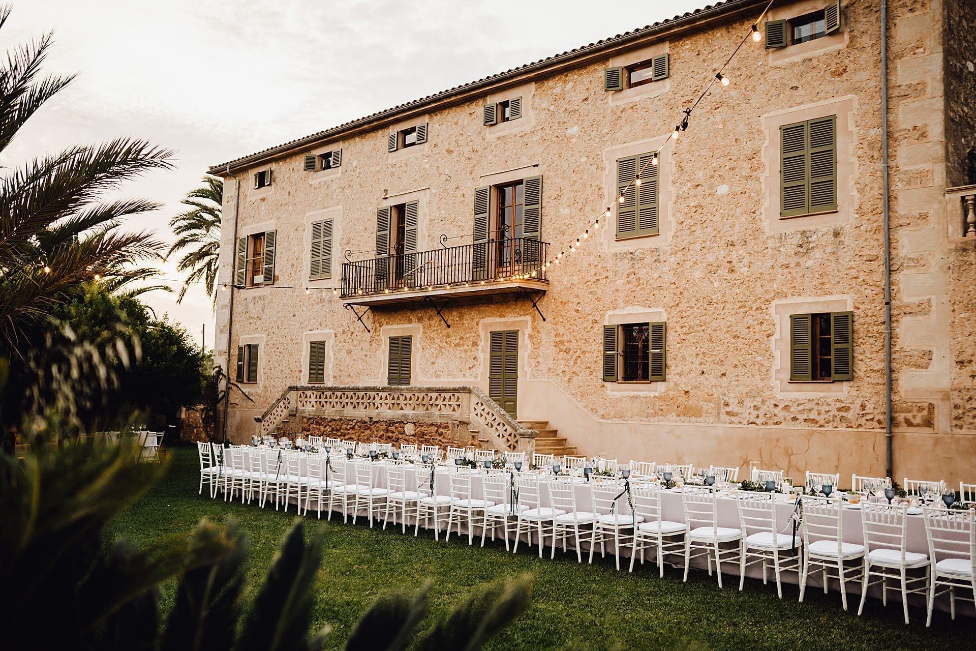 Finca auf Mallorca, geschmückt mit einer Lichterkette, davor Chiavari Stühle.
