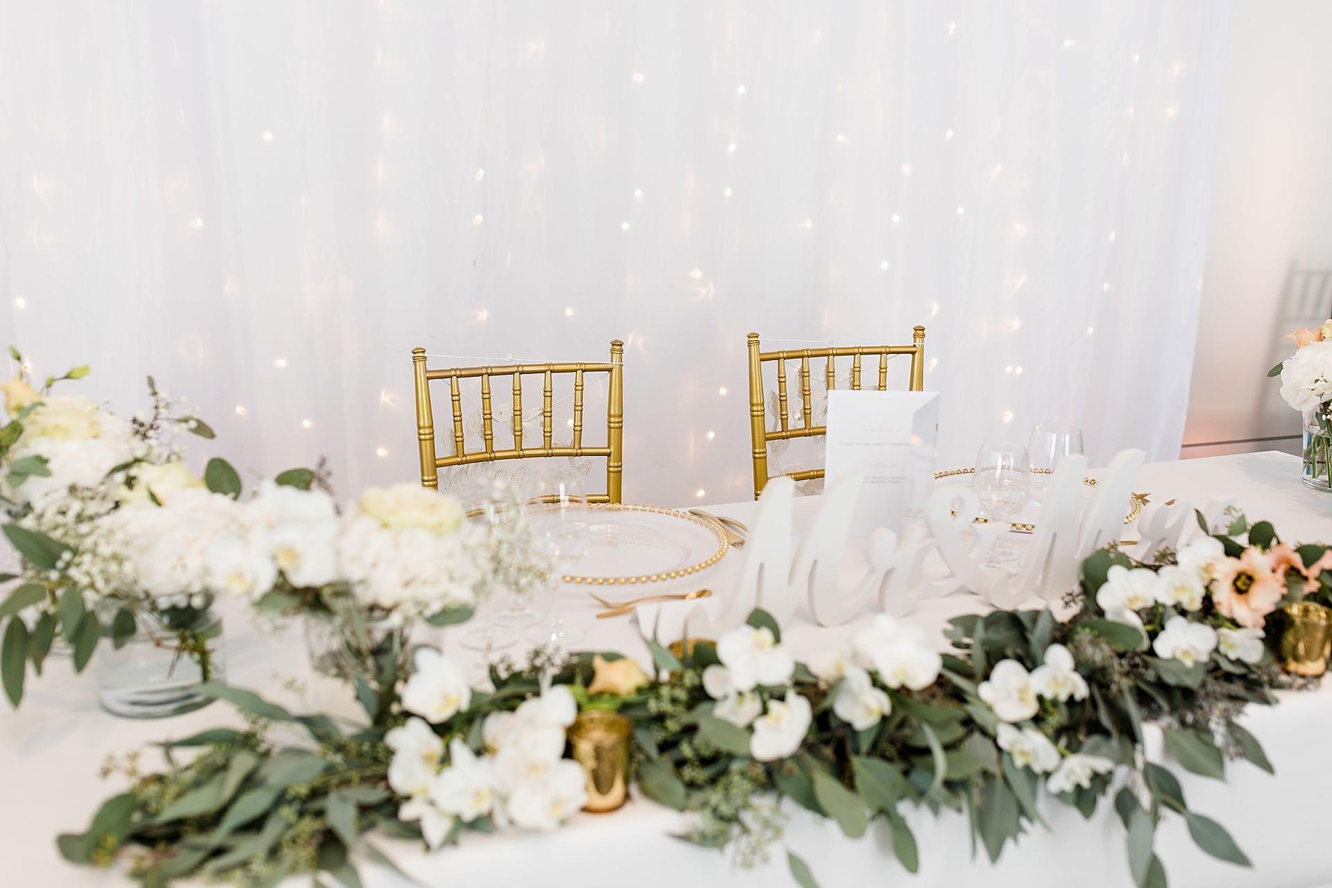 Dekorierter Tisch mit Blumenschmuck und Chiavari Stühlen.