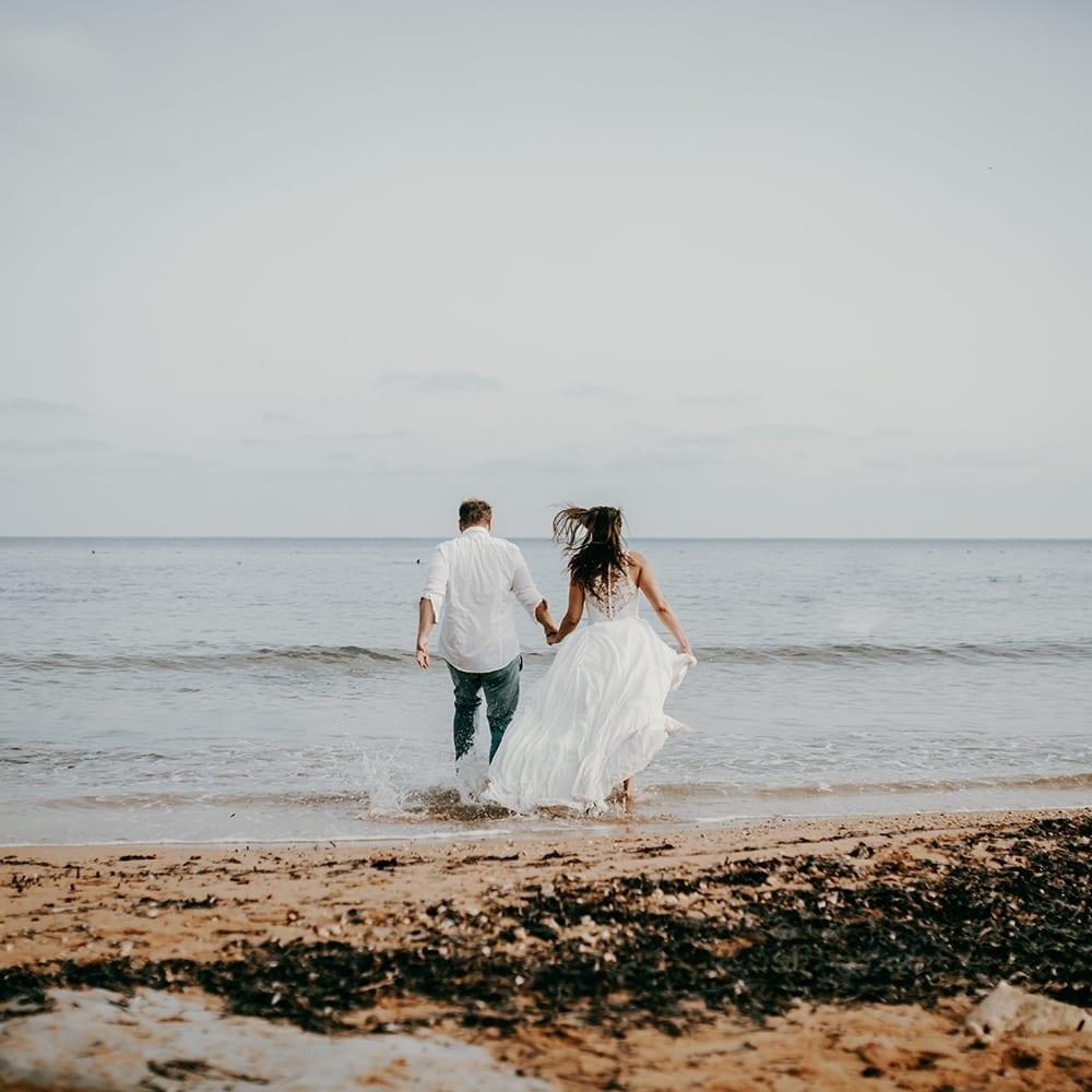 Brautpaar am Strand Maltas.